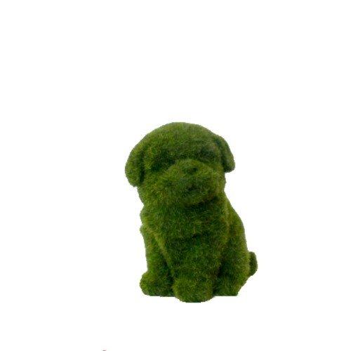 Perro decorativo en pasto sintético