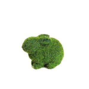 Conejo decorativo en pasto sintético